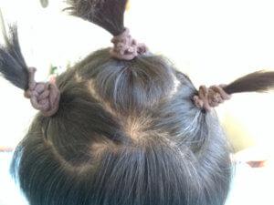 髪の毛を頭頂で1つ、その両脇に2つ結びます。