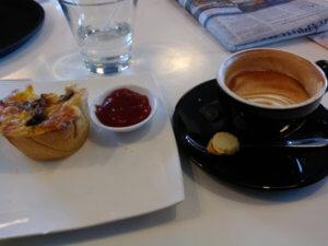 カフェでコーヒーとキッシュ