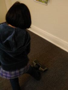 掃除機をかける娘