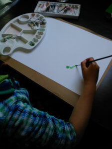 絵を描き始める娘